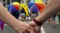 """Ryškiaspalviai """"Gay Pride"""" parado Niujorke dalyviai (nuotr. SCANPIX)"""