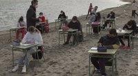 Ispanijoje pandemijos išvarginti mokiniai mokosi paplūdimyje (nuotr. stop kadras)