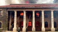 Keiptauną siaubia gaisras: dega universitetas, evakuojami gyventojai (nuotr. stop kadras)