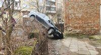 Vilniuje vairuotoja sumaišė pedalus: automobilis pakibo ant aukšto bortelio (nuotr. Broniaus Jablonsko)