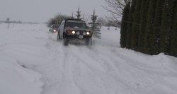 """Vairuotojus perspėja dėl """"juodojo"""" ledo: snygis ir pūga pažėrė nelaimių kelyje"""