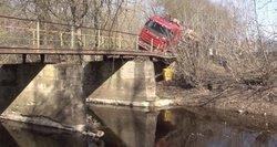 Neeilinė avarija: papasakojo, kaip Panevėžio rajone vilkikas įlūžo važiuodamas per tiltą
