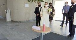 Vestuvės per karantiną: jų neatidedantys jaunieji pasakoja, kaip viskas vyksta