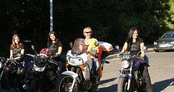 """Motociklininkės, kurios nejaučia baimės, o prasidėjus žiemai serga """"mototoksikoze"""""""