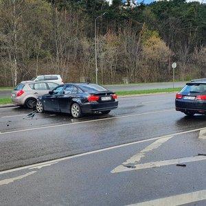 Avarija vienoje judriausių Vilniaus gatvių: neblaivi BMW vairuotoja rėžėsi į kelio atitvarus