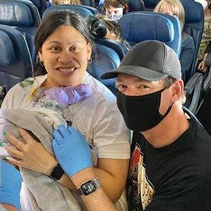 Moteris vaikelio susilaukė skrydžio metu: apie nėštumą nė nenumanė