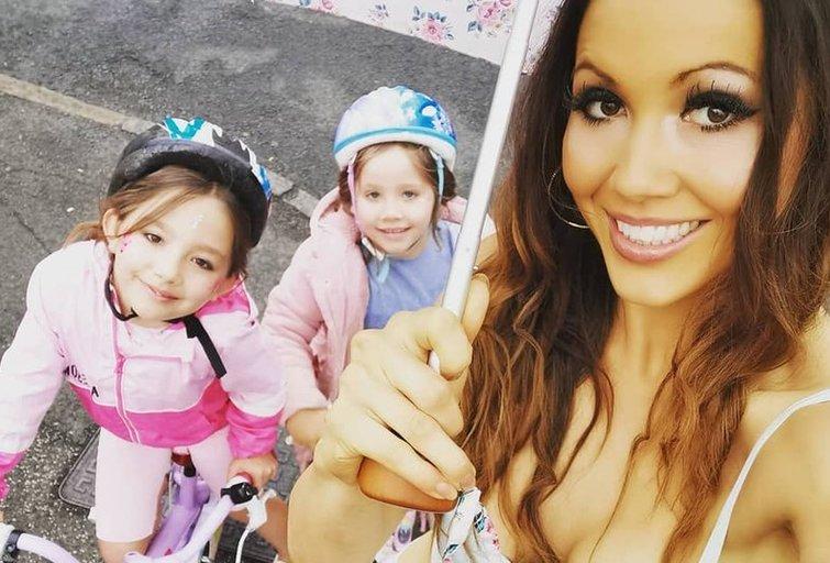 Dviejų vaikų mama, iš abiejų krūtų maitinusi dukras, kurių bendras amžius siekia 11 metų, tvirtai atsakė kritikams (nuotr. facebook.com)
