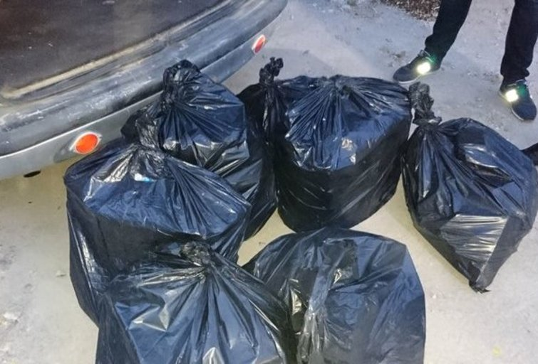 Jonavoje į rinką neleista pasklisti daugiau nei  4 500 pakelių kontrabandinių cigarečių (nuotr. Policijos)