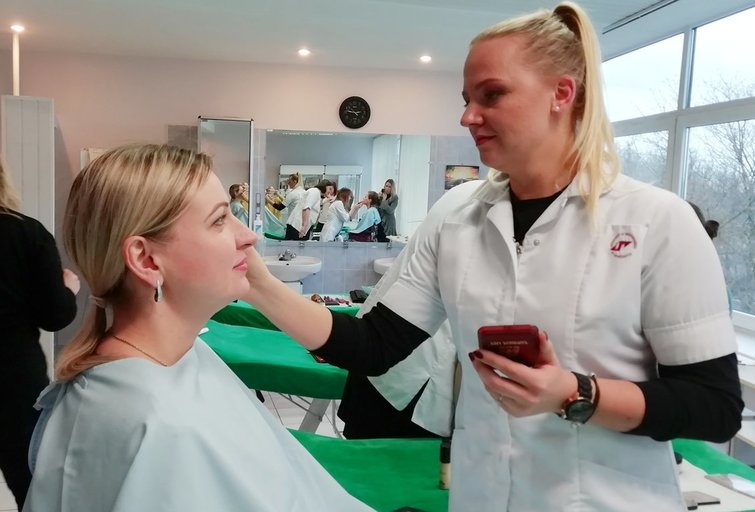6 merginos tapo profesionaliomis kosmetikėmis. Nijolės Krasniauskienės nuotr.