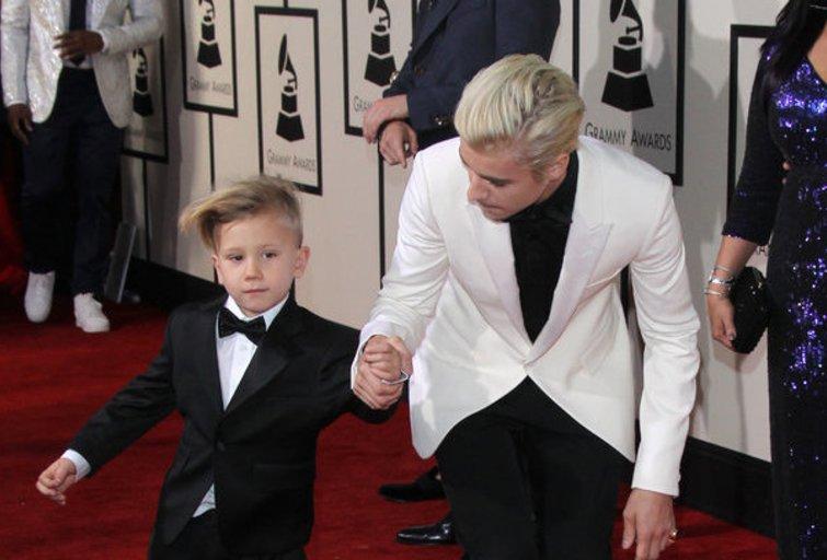 Justinas Bieberis su broliuku (nuotr. Vida Press)