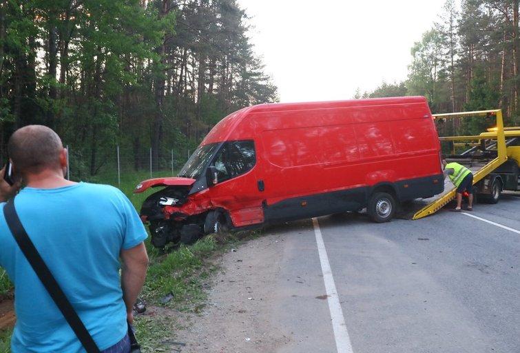 Šalia Vilniaus – didelė avarija: susidūrė trys automobiliai, gelbėjami žmonės