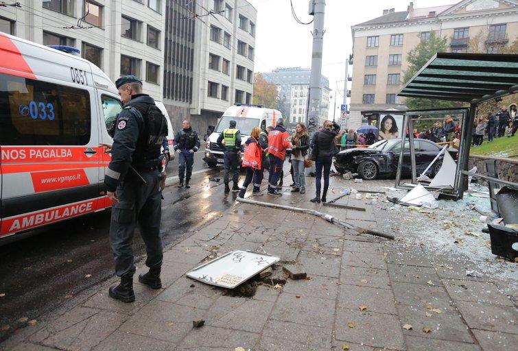 BMW įlėkė į autobusų stotelę Vilniaus centre nuotr. Broniaus Jablonsko
