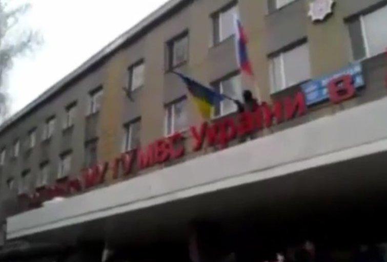 Hovrilkos milicijos vadas šturmo metu nuo pastato stogelio numetė Rusijos vėliavą ir separatistą kartu su ja (nuotr. YouTube)