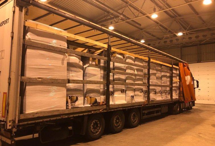 Medienos drožlių krovinyje - beveik 2 milijonų eurų cigarečių kontrabanda