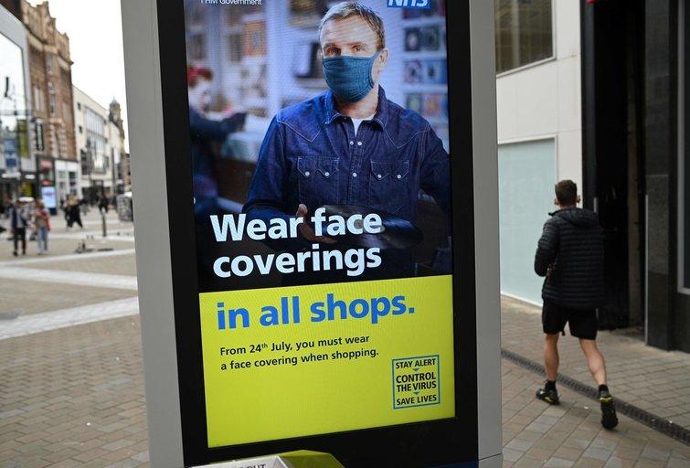 Anglijoje įsigaliojo naujas reikalavimas dėvėti kaukes: už taisyklių nesilaikymą gresia bauda (nuotr. SCANPIX)