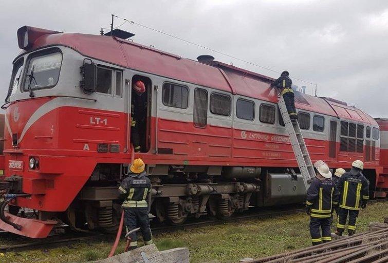 Tarnybos sukeltos ant kojų: užsidegė beveik šimtą cisternų su degalais tempęs lokomotyvas  (nuotr. Raimundo Maslausko)