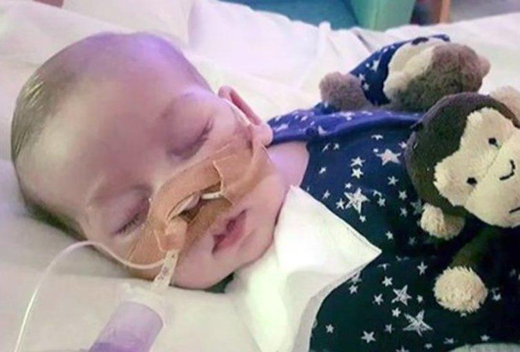Britanijoje nepagydoma lyga sergančio kūdikio tėvai nutraukė kovą dėl galimybės jį gydyti JAV (nuotr. YouTube)