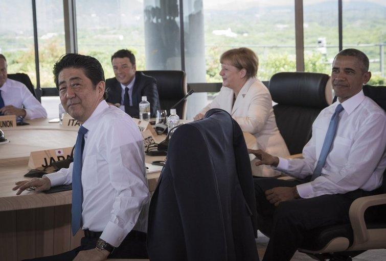 Didžiojo septyneto lyderiai tarp įtemptų derybų rado laiko simpatijų apraiškoms (nuotr. SCANPIX)