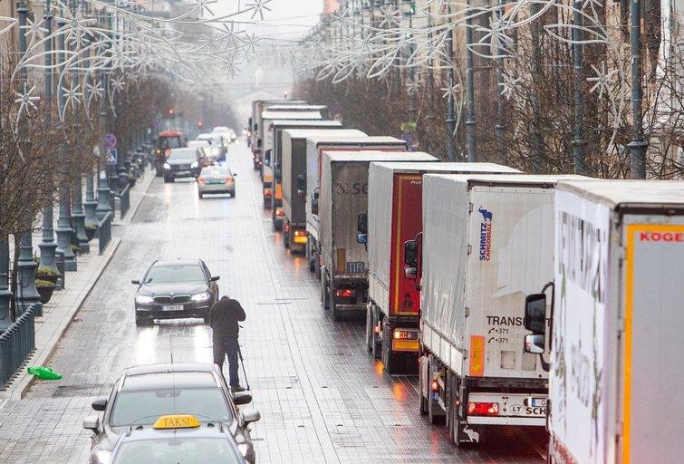 Vilniuje į gatves išvažiavo protestuojantys vilkikų vairuotojai (nuotr. Irmantas Gėlūnas/Fotobankas)