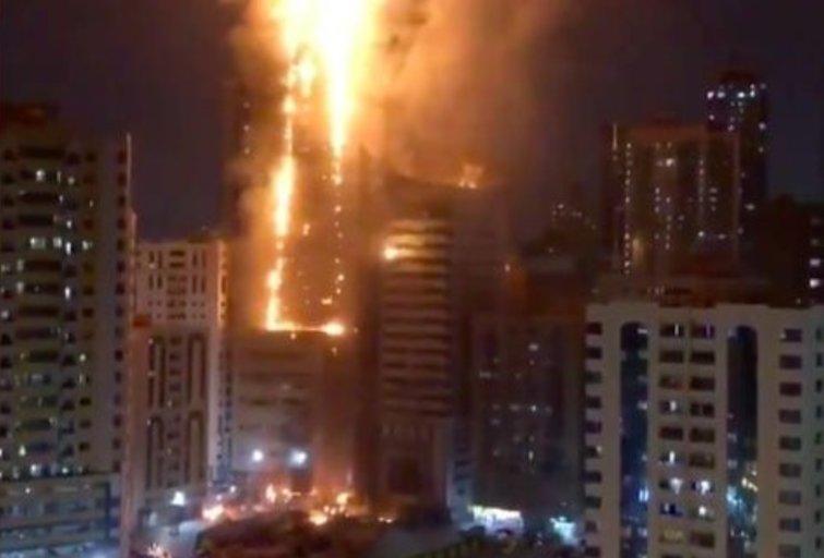 """Jungtiniuose Arabų Emiratuose užsiliepsnojo dangoraižis (nuotr. """"Twitter"""")"""