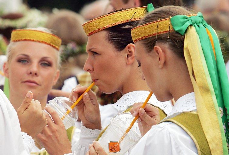 Lietuvės tautiniais drabužiais (nuotr. Fotodiena/Aliaus Koroliovo)