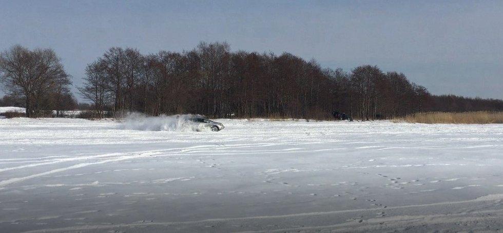 Automobilis ant užšalusių marių (nuotr. skaitytojo)