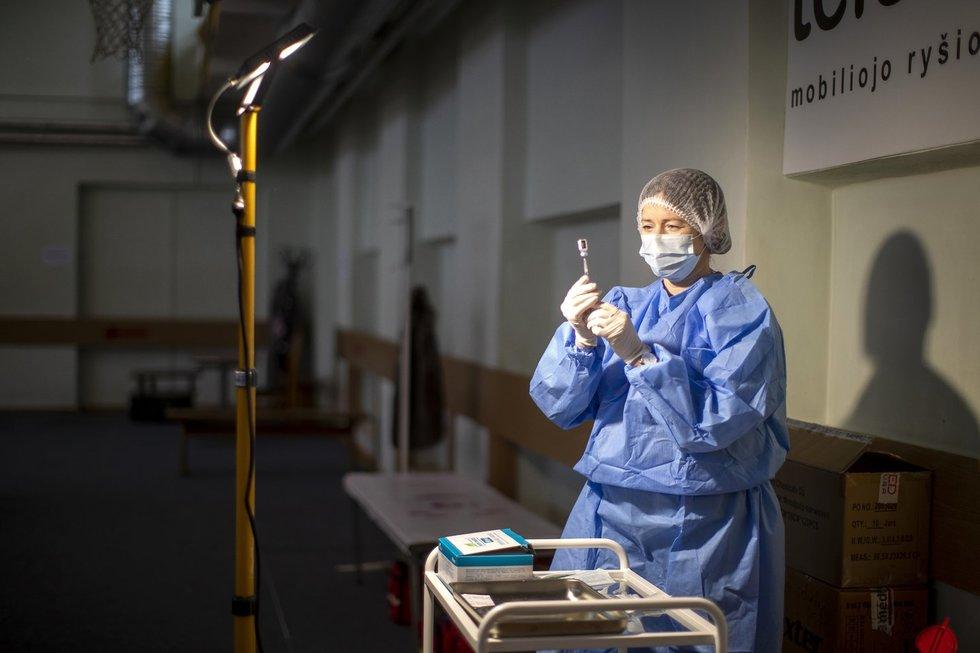 Naujų vakcinų gali prireikti greičiau nei po metų, tvirtina mokslininkai