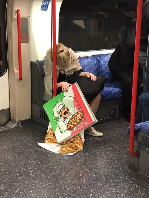Užsnūdusi moteris traukinyje (nuotr. Twitter)