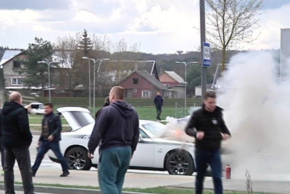 Automobilis sudegė tiesiog gatvėje