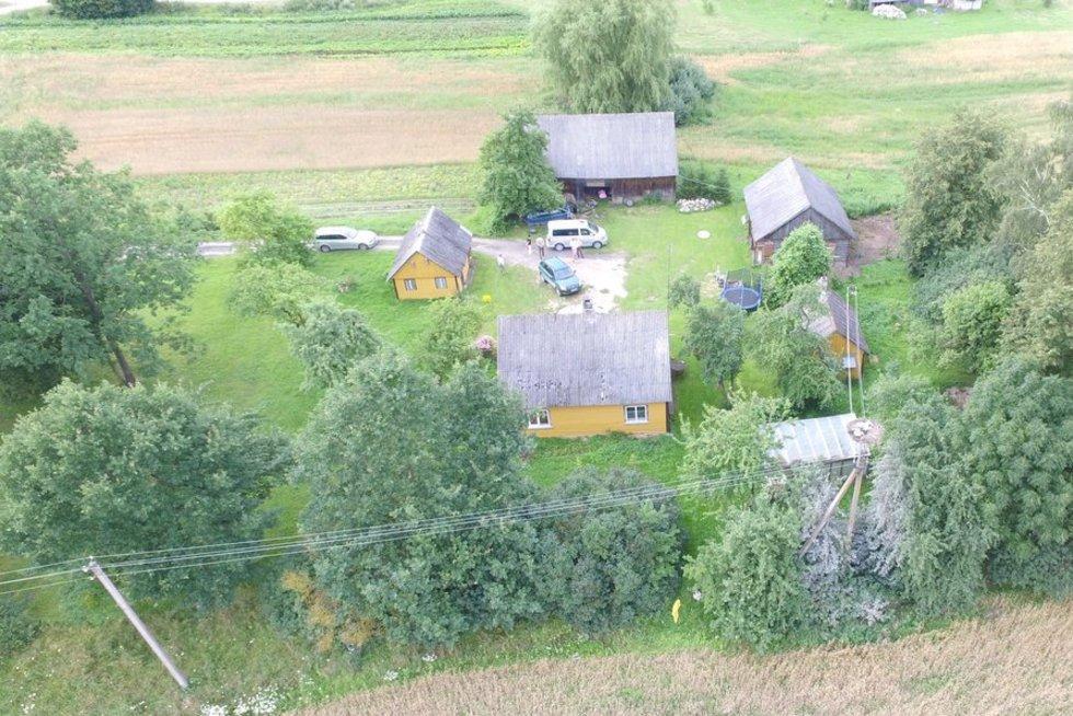 Žiaurumas Suvalkijos kaime – vyras iššaudė jo sodyboje vasarojančią gandrų šeimyną (nuotr. Raimundo Maslausko)