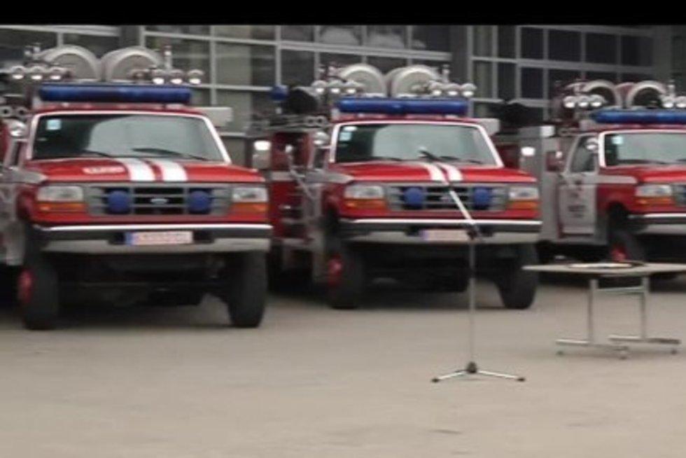 Vilniuje ugniagesiai patys padegė ir vėliau užgesino automobilį