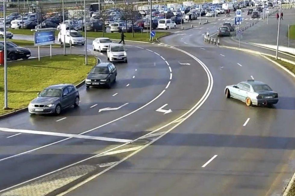 """""""BMW"""" vairuotojas nepasimokė: ir vėl skirta bauda (nuotr. stop kadras)"""
