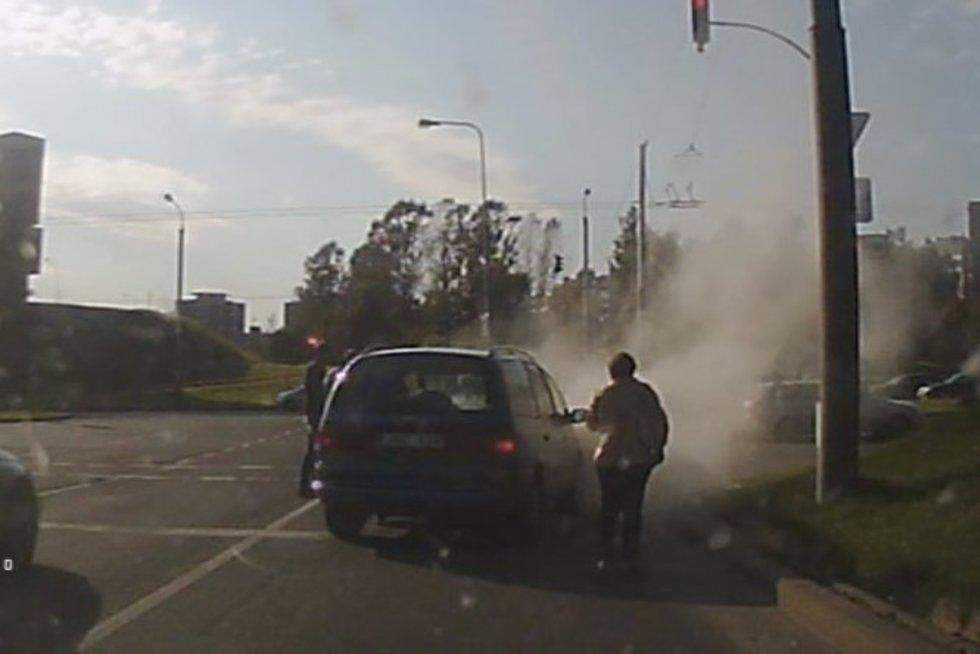 Sostinėje užsidegė automobilis – viskas galėjo baigtis blogiau (nuotr. TV3)