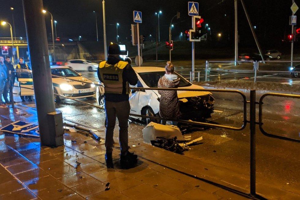 """""""Spark"""" automobilis rėžėsi į atitvarus (nuotr. Bronius Jablonskas/TV3)"""