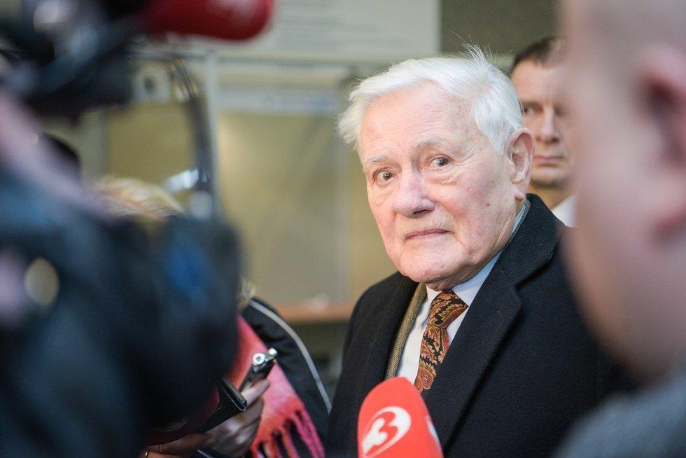 Valdas Adamkus balsuoja savivaldos rinkimuose  (nuotr. Fotodiena.lt)
