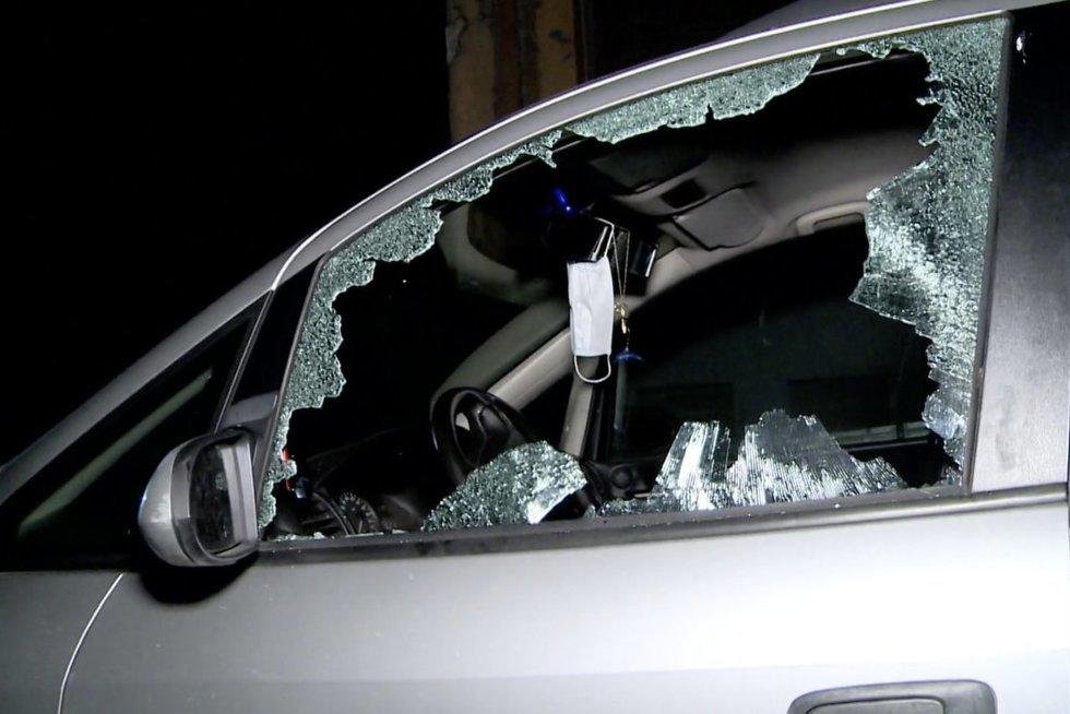 Nevaldomo vyro įsiūtis – išdaužė tėvų automobilių langus statybine palete