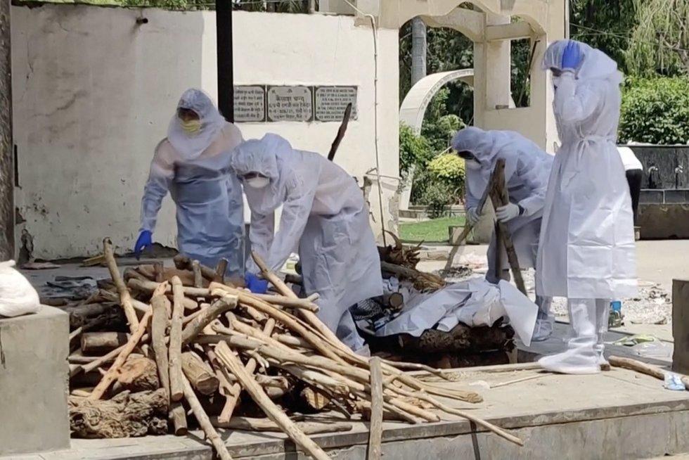 Indijos gatvėse pusiau sudegę kūnai – krematoriumai perpildyti  (nuotr. stop kadras)