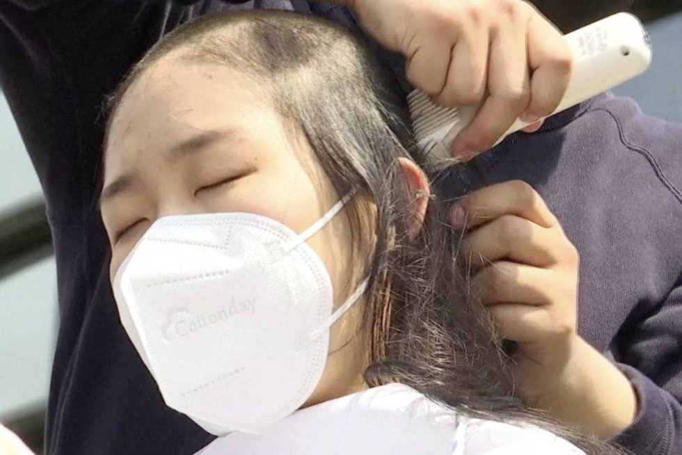 Moksleiviai protestuoja prieš Fukušimos vandens išleidimą: nusiskuto plaukus (nuotr. stop kadras)