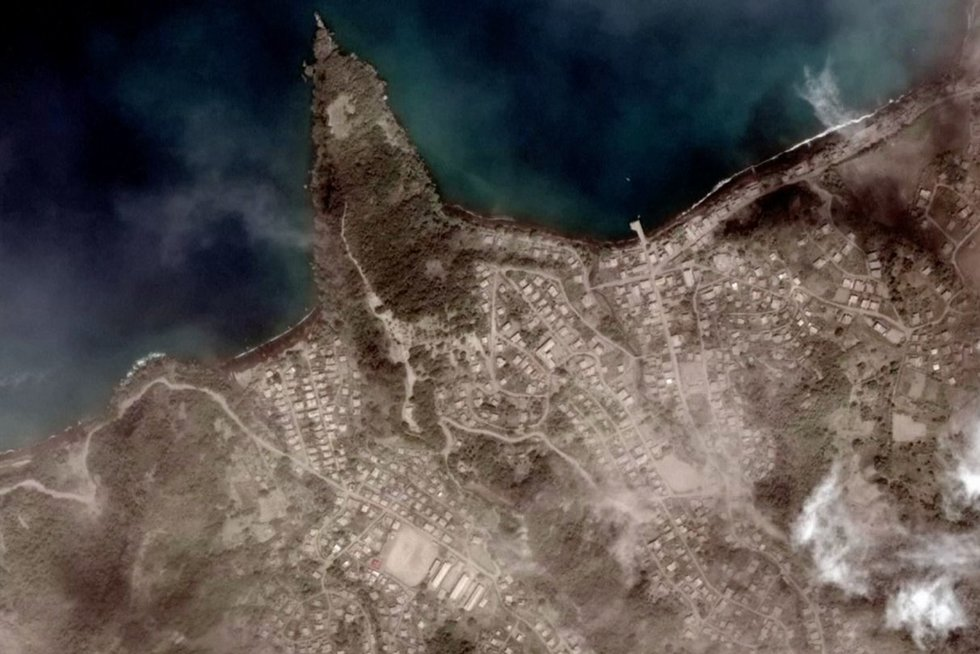 Palydovo nuotraukos atskleidė Sent Vinsento ugnikalnį prieš ir po išsiveržimo (nuotr. stop kadras)
