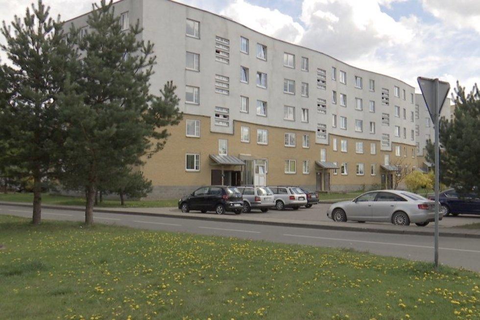 Mįslinga žūtis Kaune: leisgyvė moteris rasta po daugiabučio langais (nuotr. stop kadras)