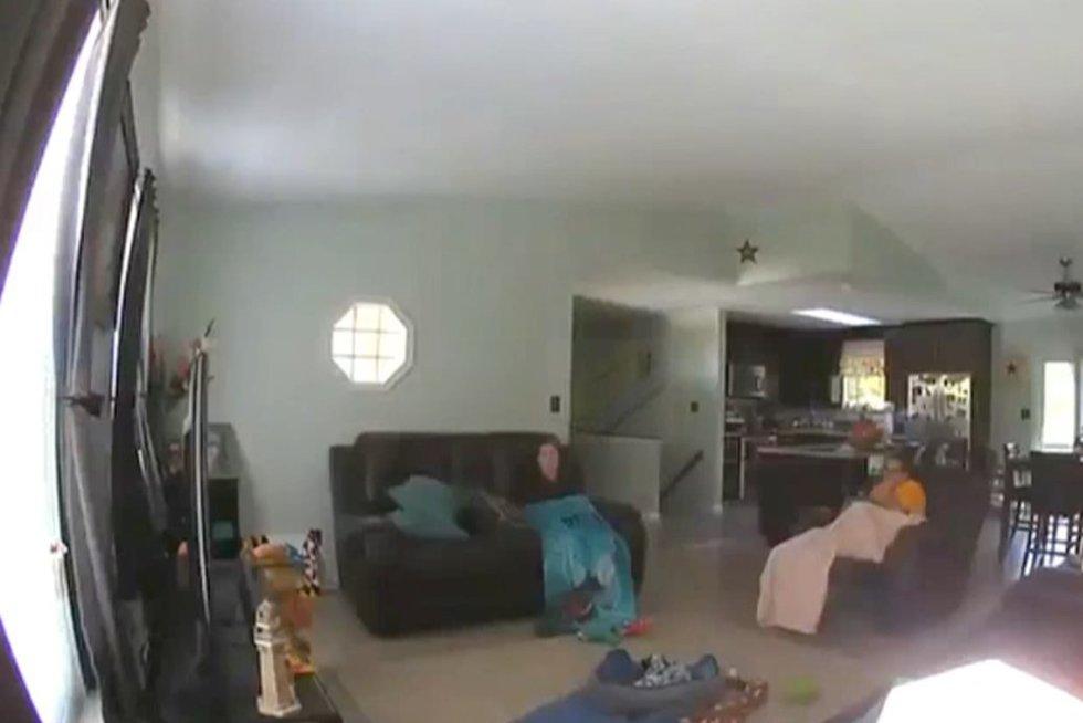 Sesės svetainėje (nuotr. stop kadras)