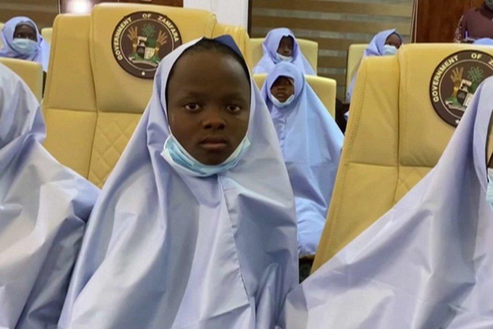 Nigerijoje namo sugrįžo beveik 300 pagrobtų mergaičių, tačiau išpuoliai neramina (nuotr. stop kadras)