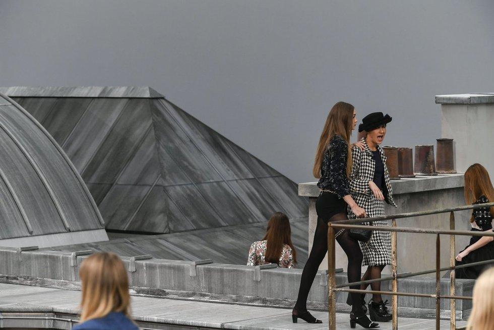 """Gigi Hadid sutramdė įsibrovėlę """"Chanel"""" kolekcijos pristatyme (nuotr. SCANPIX)"""