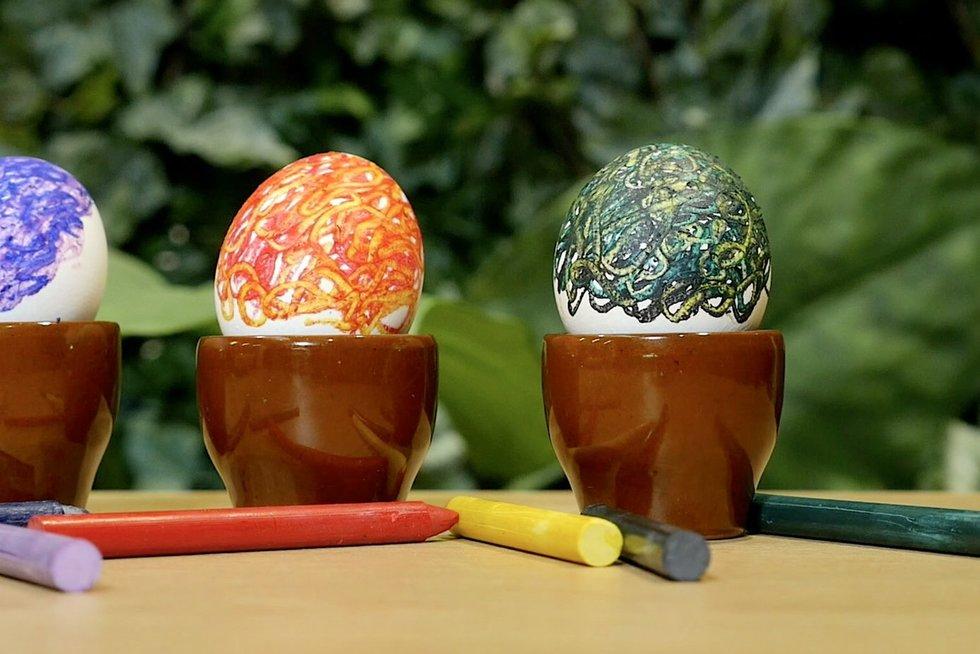 Vaškinėmis kreidelėmis marginti kiaušiniai (nuotr. stop kadras)