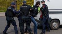 Policija sulaiko akcijos prieš valdžios taikomas Covid-19 pandemijos suvaldymo priemones dalyvį, Ryga 2020-ųjų kovas (nuotr. SCANPIX)