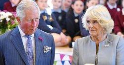 Princas Charlesas ir jo žmona paskiepyti nuo koronaviruso: jie šeimoje – jau ne pirmieji