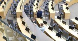 Artėjant Seimo posėdžiams salėje jau montuojamos nuo koronaviruso turėsiančios saugoti pertvaros