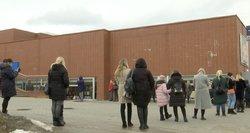 Žmonės suplūdo į pamėgtas parduotuves: moterys su vaikais eilėse laukė ir po 2 valandas