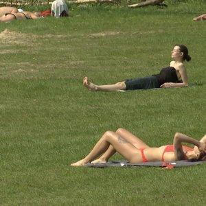 Vasariška šiluma vilioja į paplūdimius saulės mėgėjus: medikų perspėjimai  – nė motais