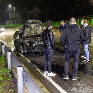 Naktį po avarijos judrioje Vilniaus gatvėje sudegė automobilis